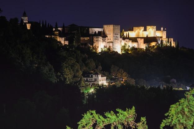 Vista nocturna del famoso palacio de la alhambra en granada desde el barrio de sacromonte,