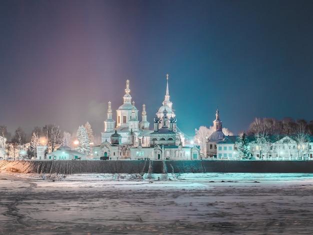 Vista nocturna de invierno de la iglesia ortodoxa en rusia