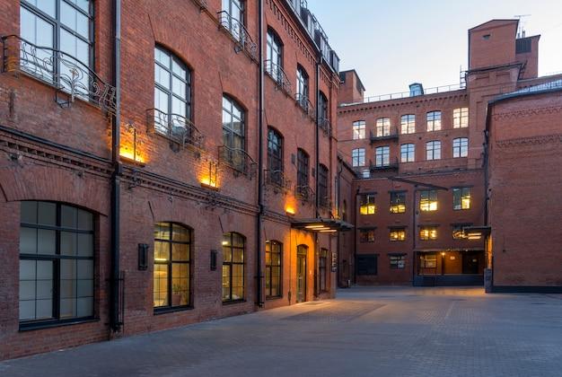 Vista nocturna. modernas oficinas de estilo loft ubicadas en el antiguo edificio de la fábrica.