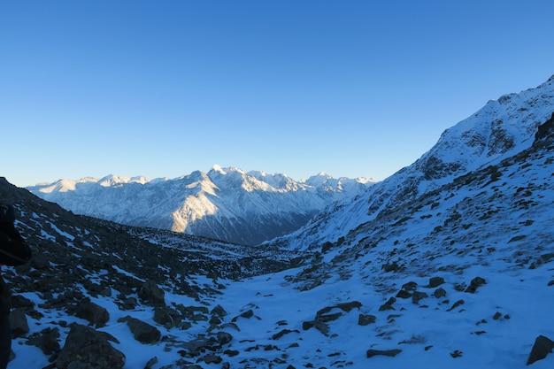 Vista nocturna de la morrena de syltran. montañas del cáucaso. rusia