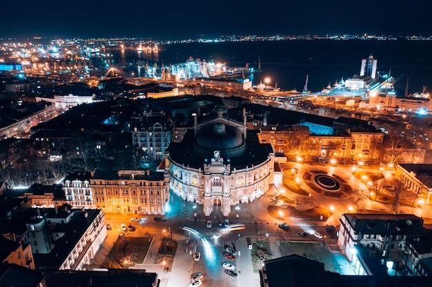 Vista nocturna de la ópera en odessa