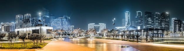 Vista nocturna del paisaje arquitectónico y el horizonte urbano en el distrito financiero de hangzhou