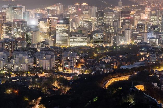 Vista nocturna del paisaje urbano del centro de seúl