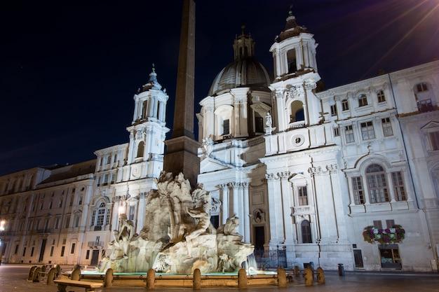 Vista nocturna, plaza navona, roma. italia