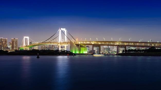 Vista nocturna del puente del arco iris