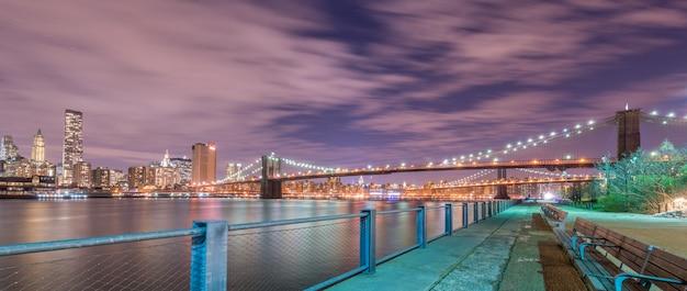 Vista nocturna del puente de manhattan y brooklyn