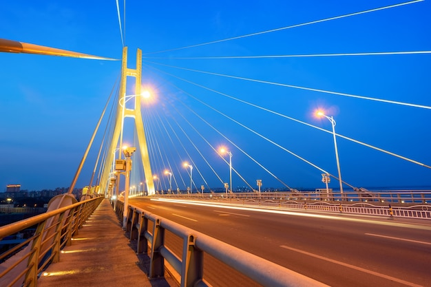 Vista nocturna del puente que cruza el mar, danzhou, hainan, china.