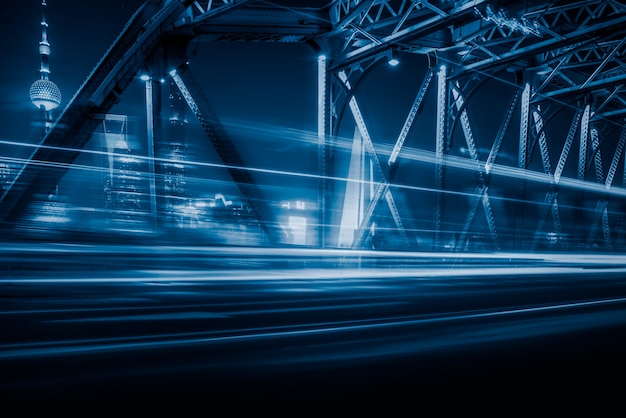 Vista nocturna del puente de waibaidu en tono azul