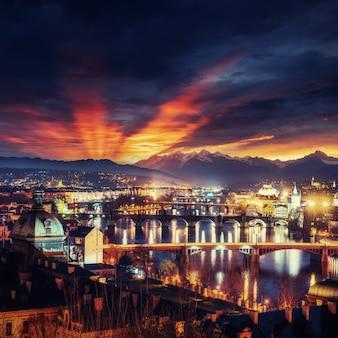 Vista nocturna del río vltava y puentes en praga