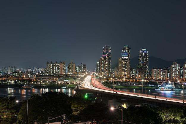 La vista nocturna de los ríos y puentes de la ciudad.