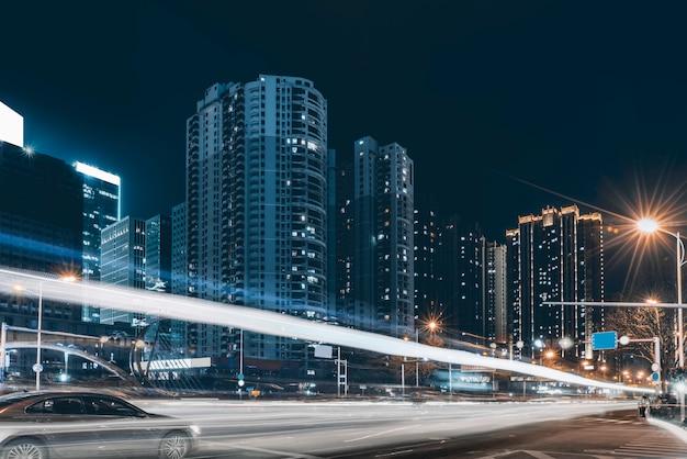 Vista nocturna de urban road y fuzzy car lights