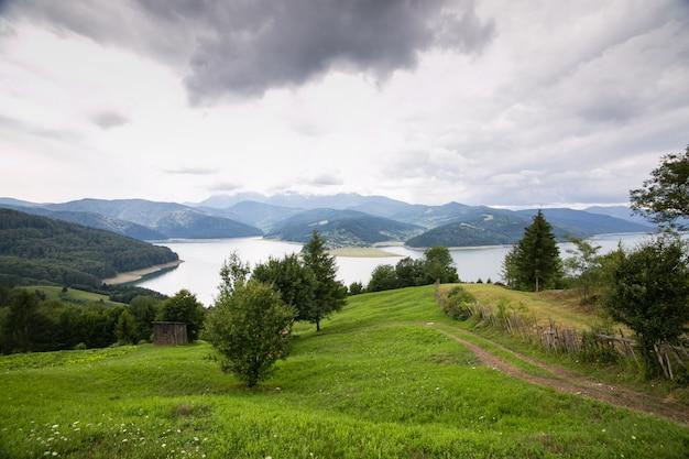 Vista nublada del paisaje desde el lago bicaz en rumania