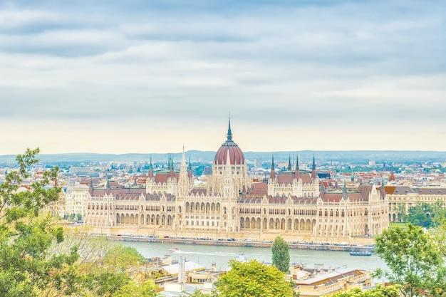 Una vista del paisaje de la ciudad de budapest, el edificio del parlamento húngaro, uno de los edificios más bellos de la capital húngara.