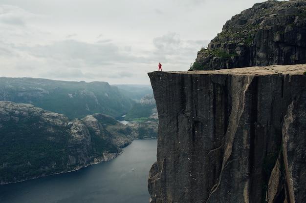 Vista del paisaje de un día de verano con un turista en las montañas