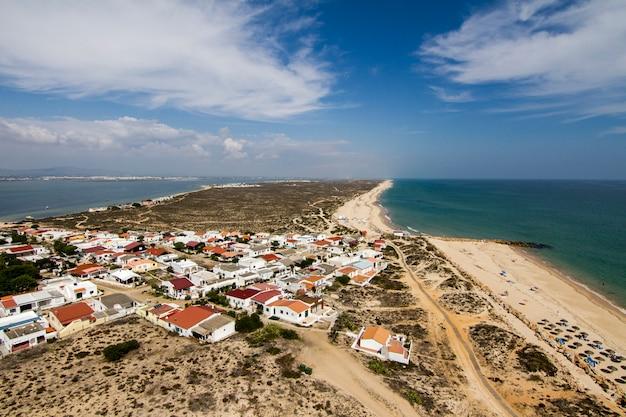 La vista del paisaje hermoso de la isla de farol localizó en el algarve, portugal.