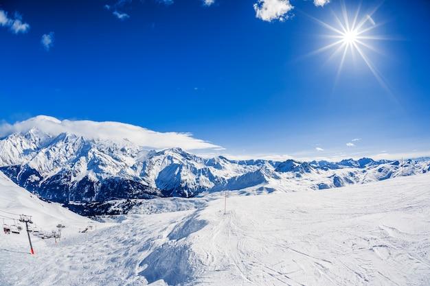 Vista del paisaje de montaña de invierno con sol