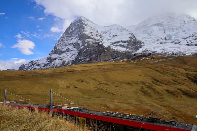 Vista del paisaje de montaña de la montaña de nieve en la naturaleza de otoño en suizo desde el tren