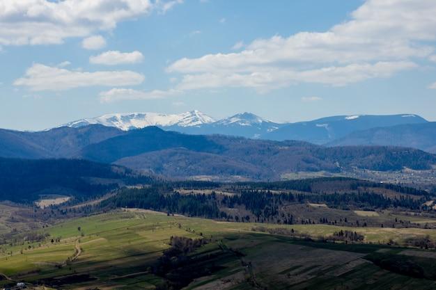 Vista del paisaje de las montañas de los cárpatos en un día nublado de verano.