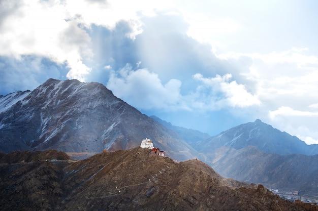 Vista del paisaje namgyal tsemo gompa en leh, ladakh, india