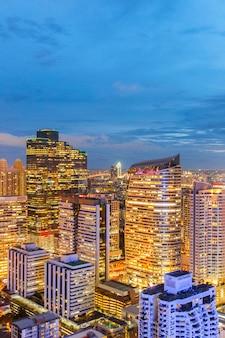 Vista del paisaje urbano del edificio moderno de negocios de oficinas de bangkok en la zona de negocios de bangkok
