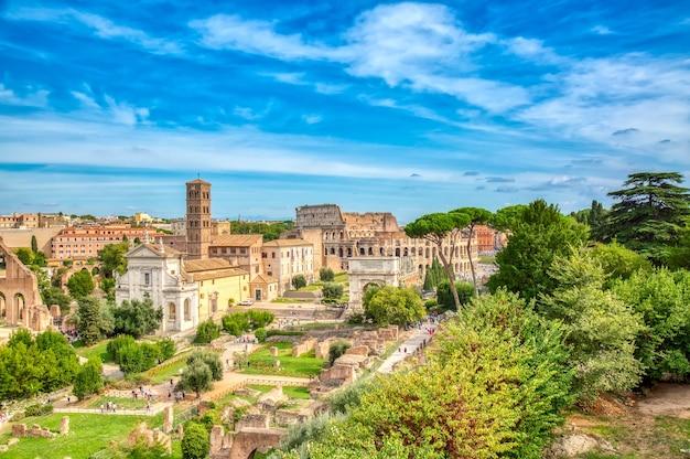 Vista del paisaje urbano del foro romano y el coliseo en roma, italia.