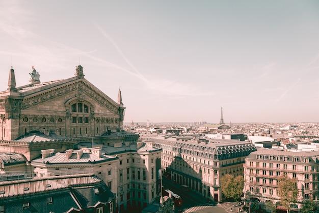 Vista del paisaje urbano en hermosos edificios y la torre eiffel