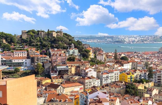 Vista del paisaje urbano de lisboa y el castillo de san jorge