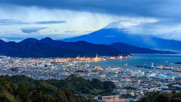 Vista del paisaje urbano y puerto de envío internacional de la montaña fuji, japón