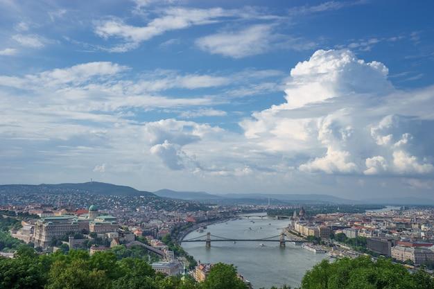 Vista del paisaje urbano del río danubio con hermoso cielo en budapest.