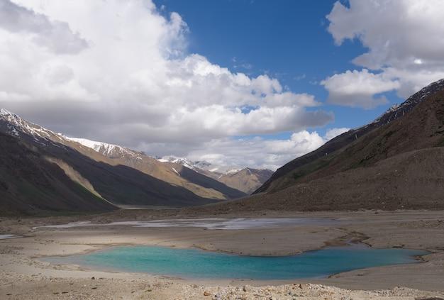 Vista del paisaje de zanskar con las montañas del himalaya en jammu y cachemira, india