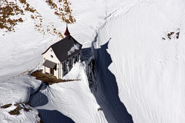 Vista de pájaro de la casa en la colina.