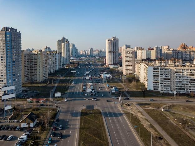 Una vista de pájaro desde el dron hasta el distrito de darnyts'kyi, poznyaki de kiev, ucrania, con edificios modernos sobre un fondo de cielo azul en la primavera.