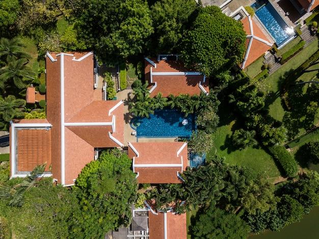 Vista de pájaro desde drone foto de villa de lujo con piscina