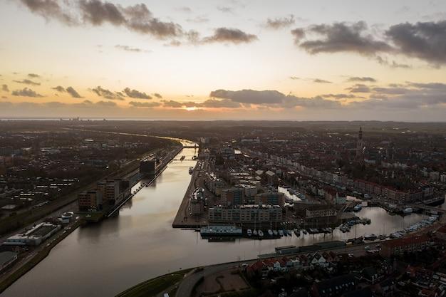 Vista de pájaro de los edificios en la orilla del río en middelburg, países bajos