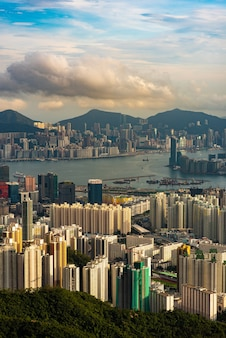 A vista de pájaro de hong kong al anochecer