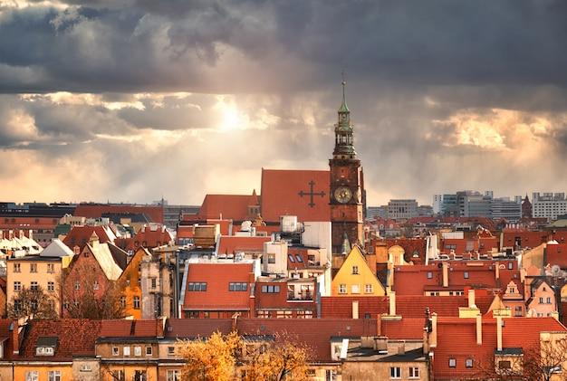 Vista de pájaro desde la torre matemática sobre la universidad de wroclaw, polonia