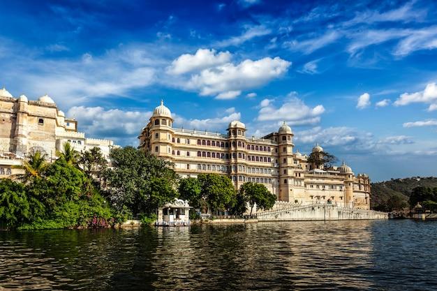 Vista del palacio de la ciudad desde el lago. udaipur, rajasthan