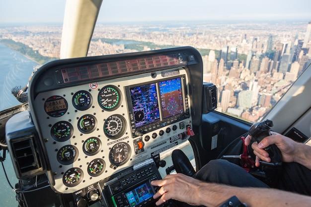 Vista del panel de control del helicóptero durante el vuelo