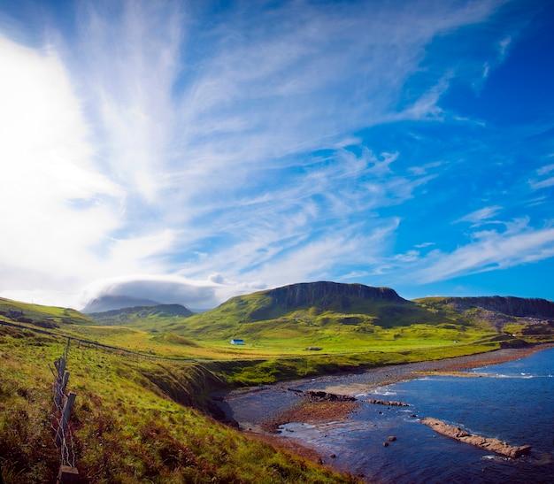 Vista panorámica de los acantilados con rocas cerca del océano y el mar azul