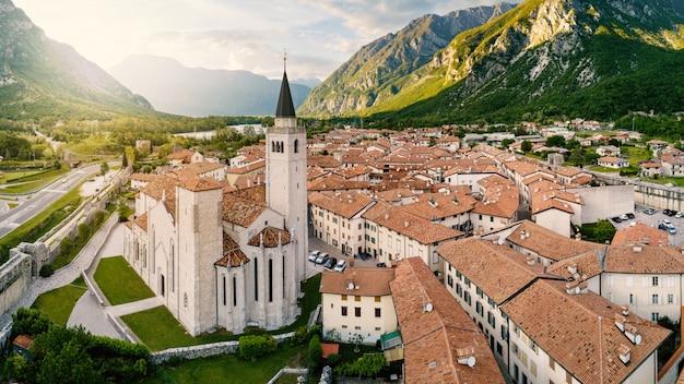 Vista panorámica aérea de la catedral de s. andrea apostolo de venzone, en el norte de italia.