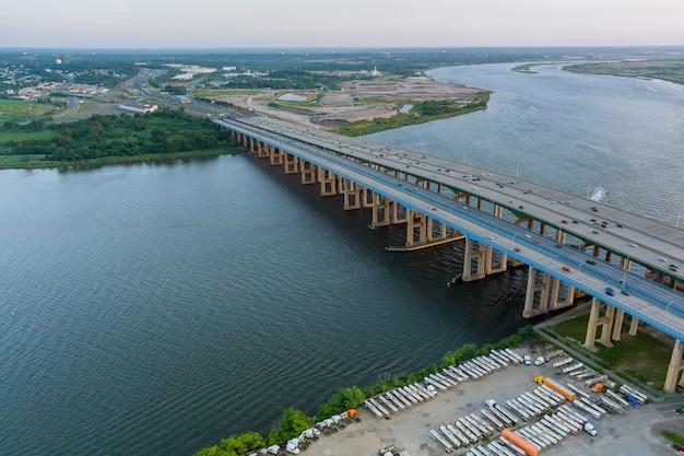 Vista panorámica aérea en el enorme cruce de carreteras complejo en la entrada