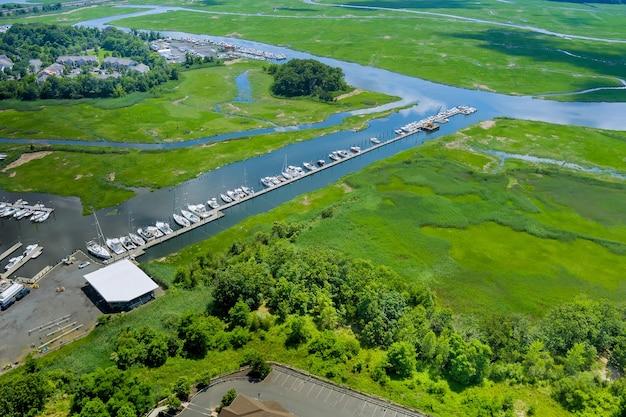 Vista panorámica aérea del puerto doc para muchos barcos flotando cerca del océano en estados unidos