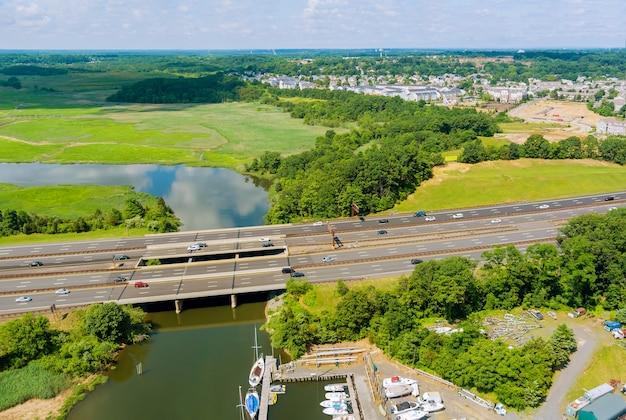 Vista panorámica aérea sobre el tráfico por carretera de los coches que circulan por la autopista a través del puente