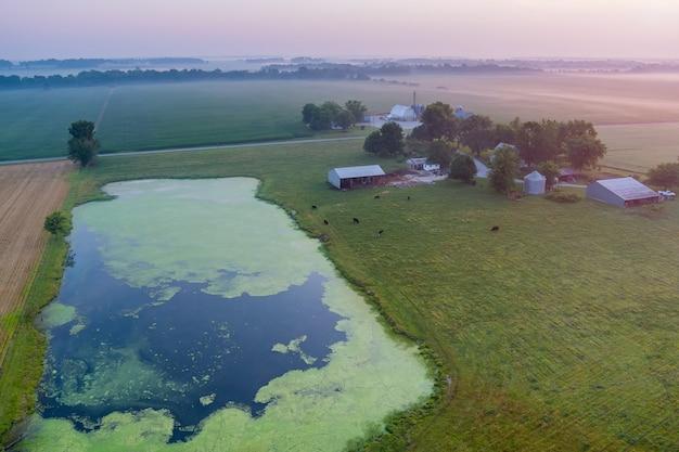 Vista panorámica con amanecer sobre la niebla de la mañana amanecer paisaje natural niebla sobre el campo cerca del estanque