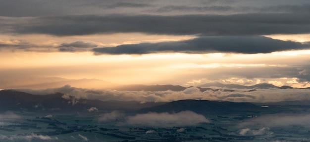 Vista panorámica del amanecer sobre el valle verde de la pista de kepler nueva zelanda