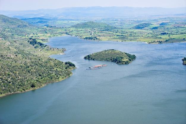 Vista panorámica desde la antigua ciudad de pérgamo hasta el lago (turquía)