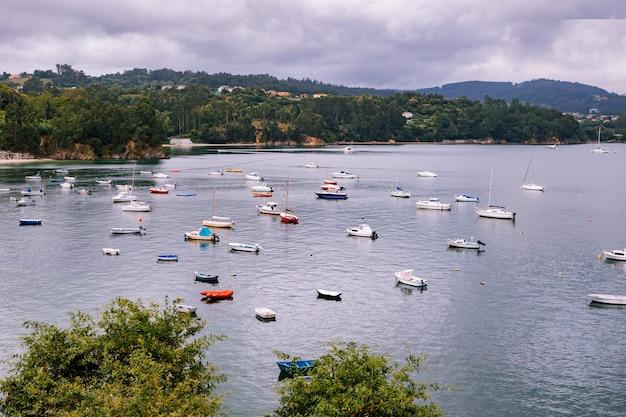 Vista panorámica con barcos marineros cerca de un pequeño pueblo en el norte de españa
