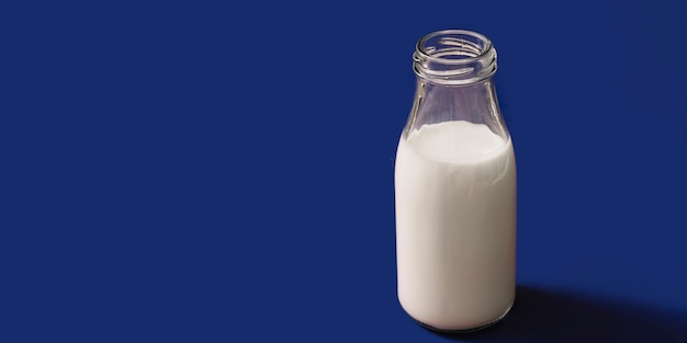Vista panorámica de la botella de vidrio de leche abierta