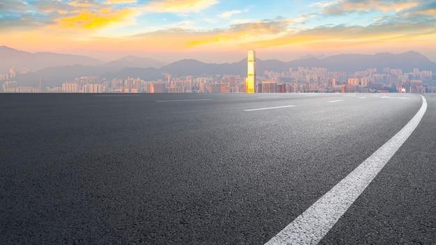 Vista panorámica de la carretera vacía en la ciudad