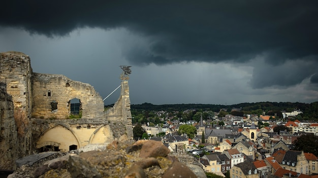 Vista panorámica desde el castillo de valkenburg con nubes oscuras